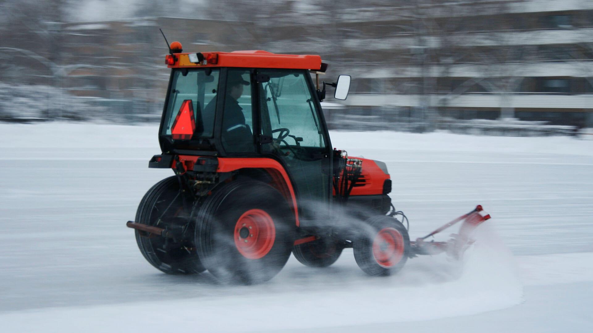 Der Winterdienst von SAAD Facility Management räumt großflächig Schnee