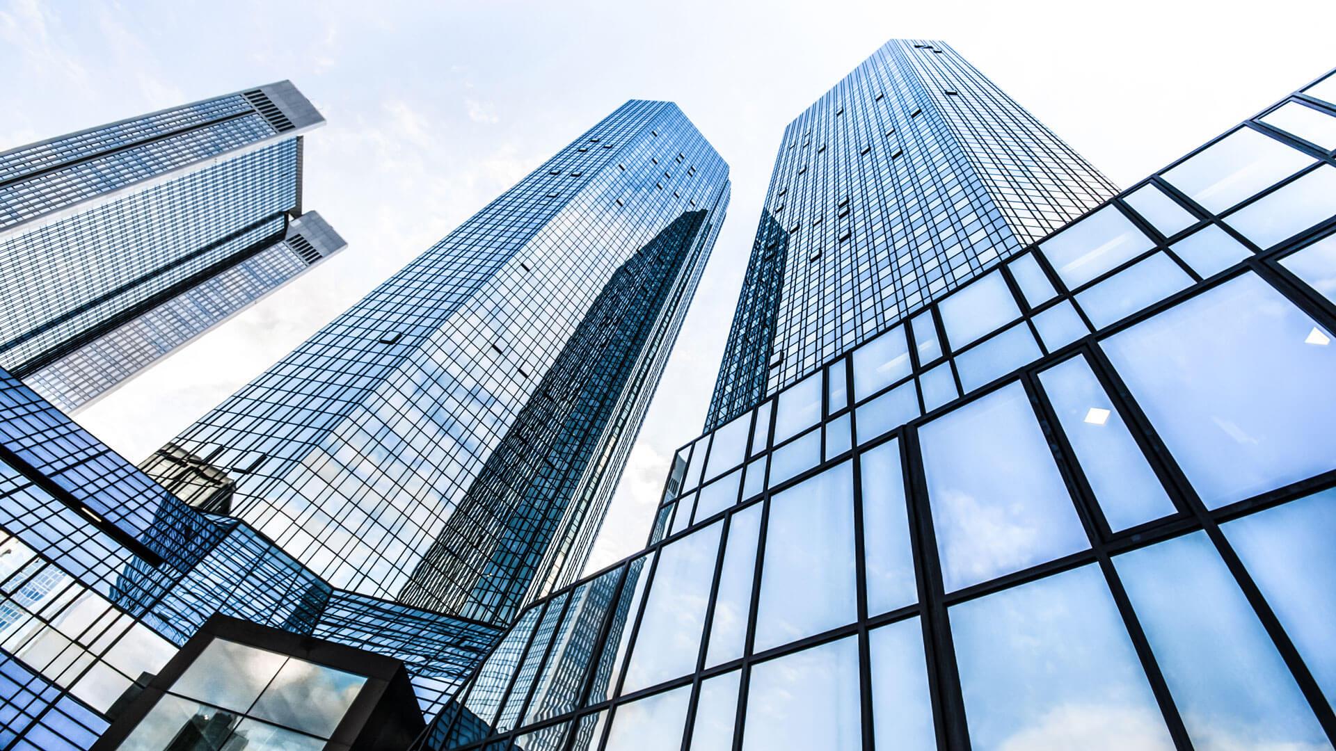 Ein Bild von Hochhäusern, welches aus der Froschperspektive aufgenommen wurde.