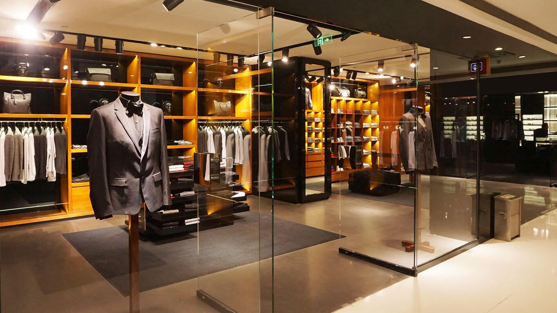 Blick in ein Einzelhandelsgeschäft, in dem Herrenanzüge verkauft werden.