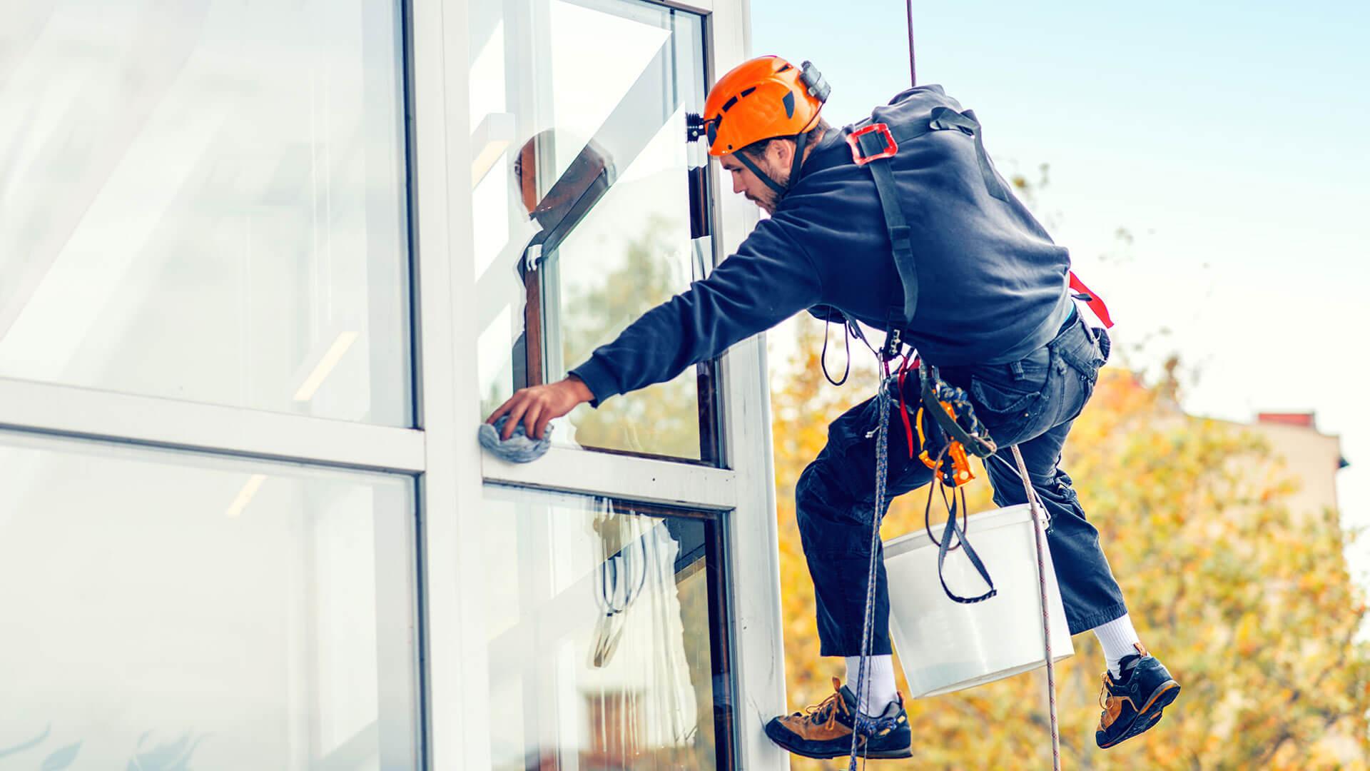 SAAD Facility Management reinigt Glas und Fassaden