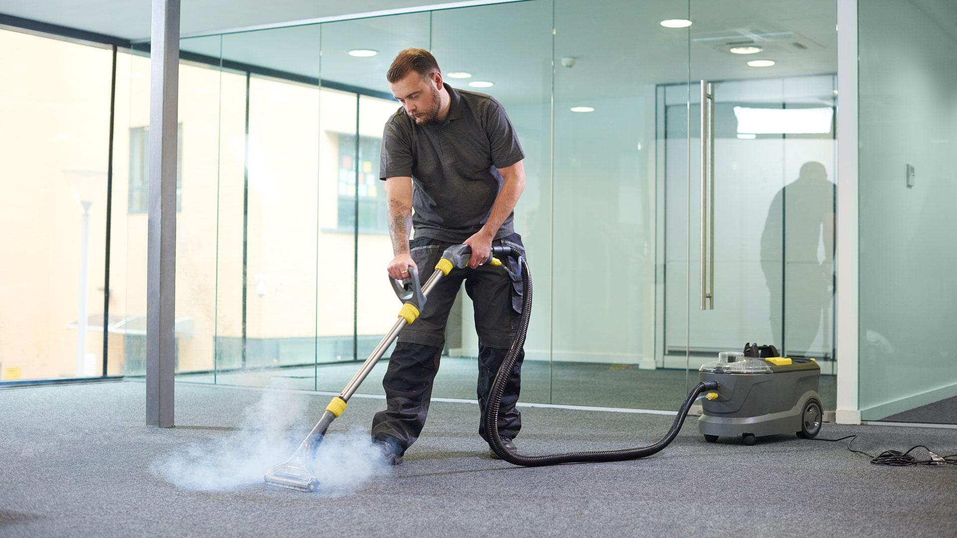 Ein Mitarbeiter von SAAD Facility Management führt eine professionelle Teppichreinigung durch