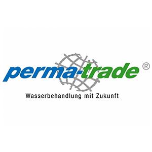 """Ein blau-grüner perma-trade Schriftzug, bei dem das Wort """"perma"""" und der Bindestrich in fetten blauen Buchstaben geschrieben sind und das Wort """"trade"""" in der Farbe Grün gehalten ist. Im Hintergrund ist ein grau skizziertes Globus-Symbol zu erkennen."""