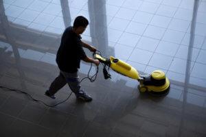 Mitarbeiter der SAAD Facility Management GmbH reinigt im Rahmen der Gebäudereinigung den Boden in Böblingen