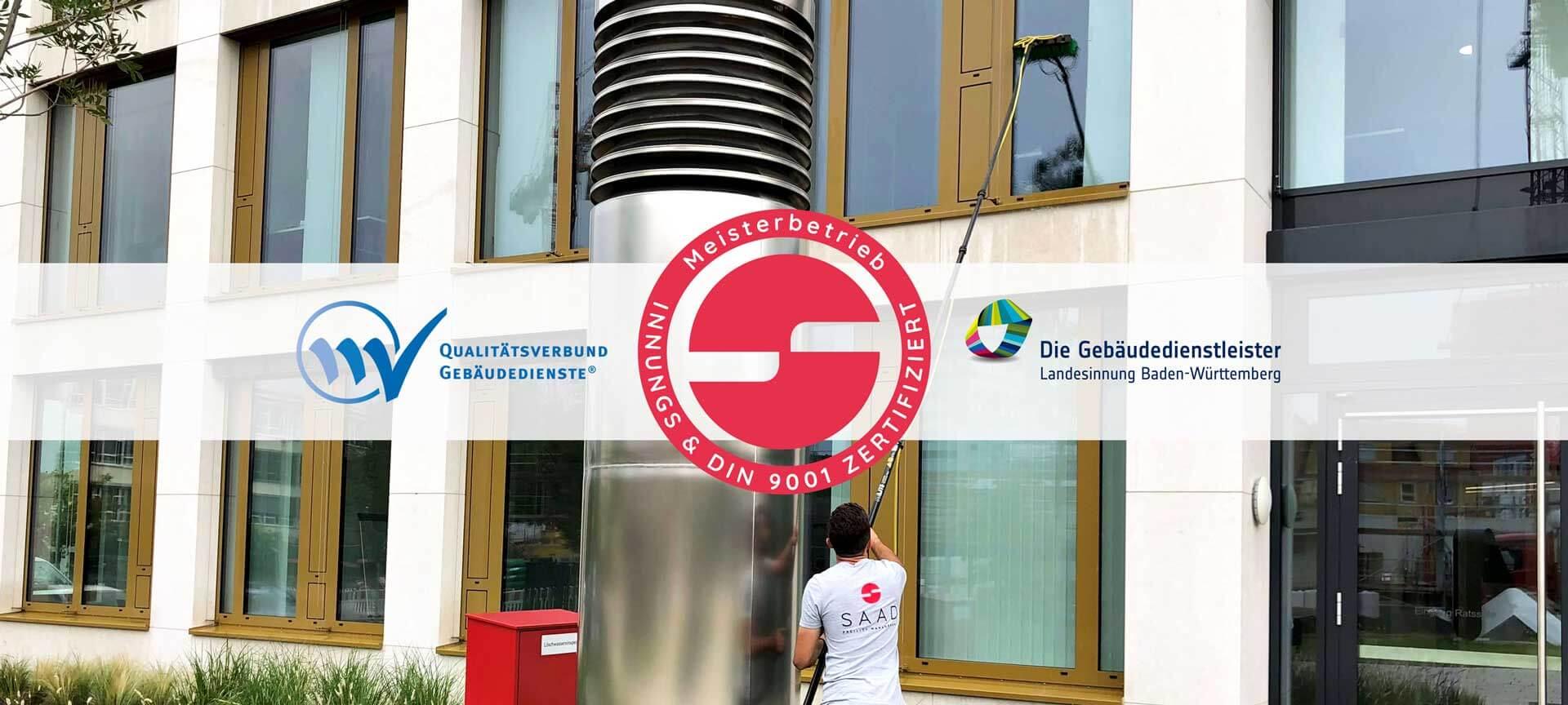 Ein Bild von einem großen Gebäude mit vielen Fenstern, die ein Mann in einem T-Shirt der Firma SAAD Facility Management mit einem langen Stab putzt.